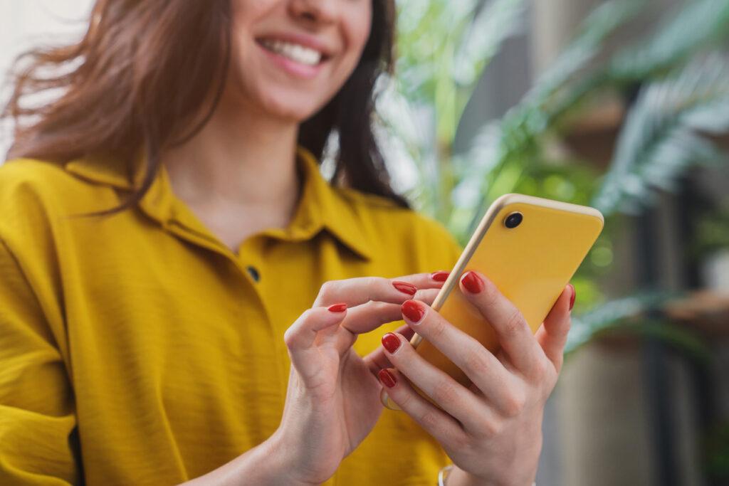 Une femme apprend comment faire une capture ecran sur portable.